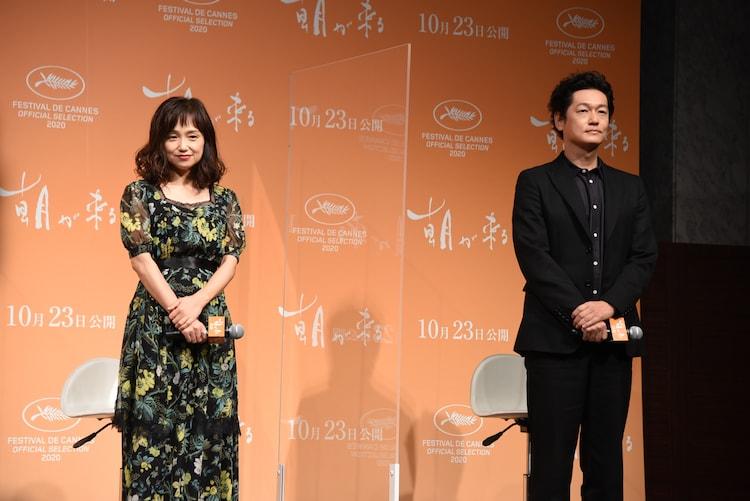 左から永作博美、井浦新。