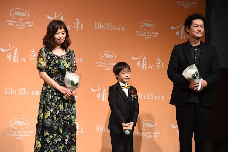 左から永作博美、佐藤令旺、井浦新。