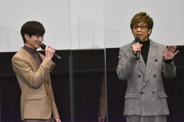 アイドルの設定で話す山寺宏一(右)を見てほほえむ宮田俊哉(左)。
