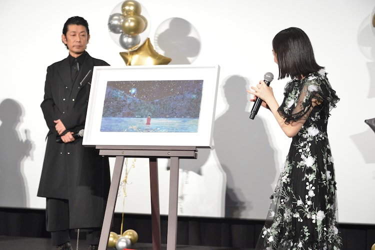 清川あさみによるタイトルアートを眺める芦田愛菜(右)。