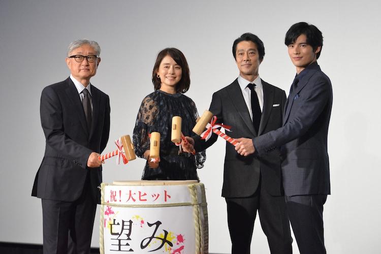 「望み」初日舞台挨拶の様子。左から堤幸彦、石田ゆり子、堤真一、岡田健史。