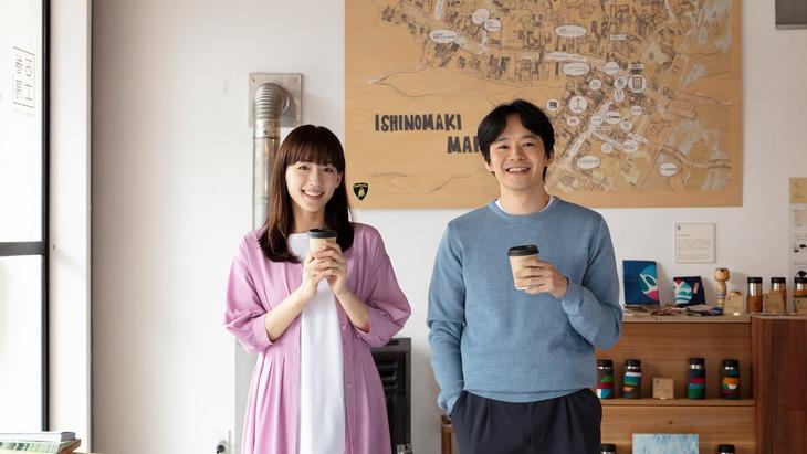 左から綾瀬はるか演じる真城蒼、池松壮亮演じる葉山瑛希。(NHK提供)