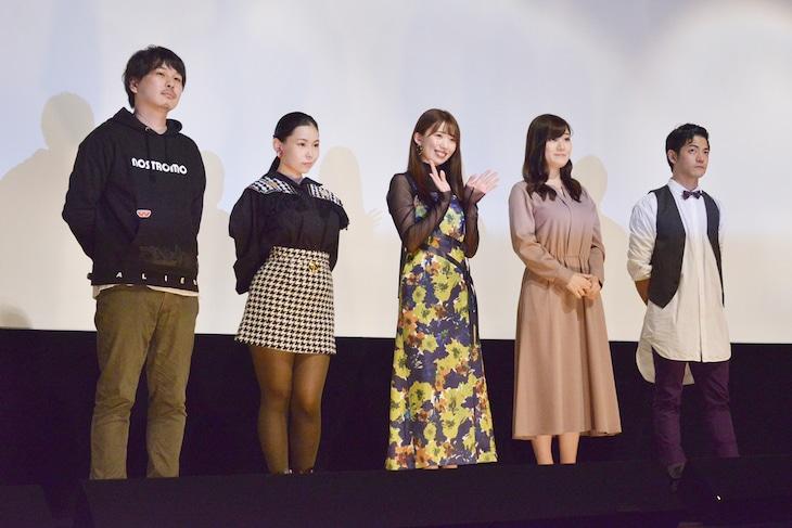「橘アヤコは見られたい」舞台挨拶の様子。左から佐藤周、吉根ゆりあ、山岸逢花、小梅えな、東山康平。