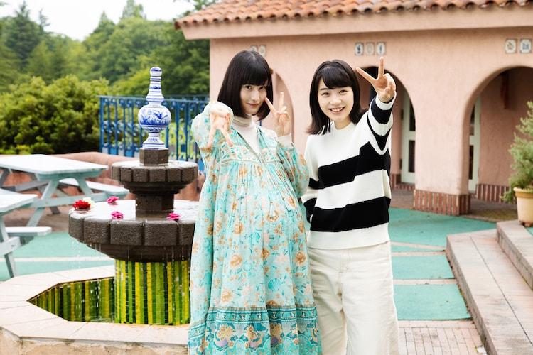 「私をくいとめて」メイキング写真。左から橋本愛、のん。