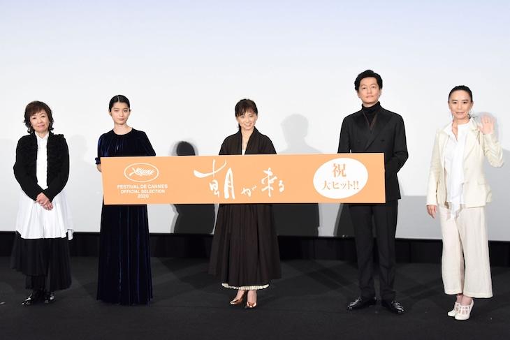 「朝が来る」初日舞台挨拶にて、左から浅田美代子、蒔田彩珠、永作博美、井浦新、河瀬直美。