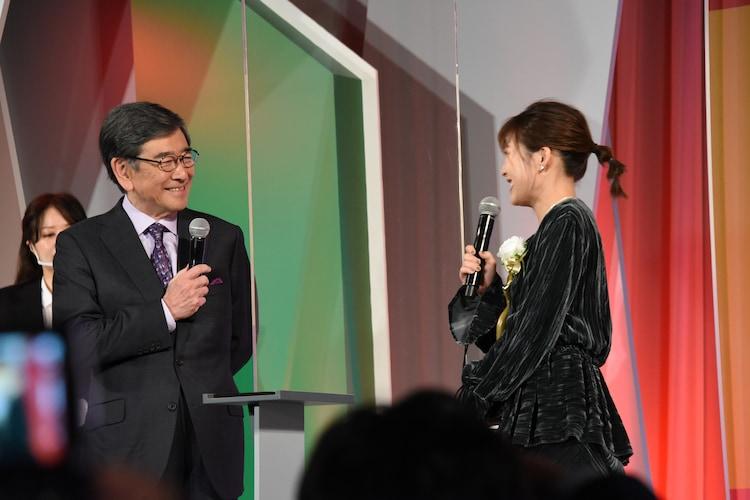 東京ドラマアウォード2020の授賞式の様子。左から司会の石坂浩二、伊藤沙莉。
