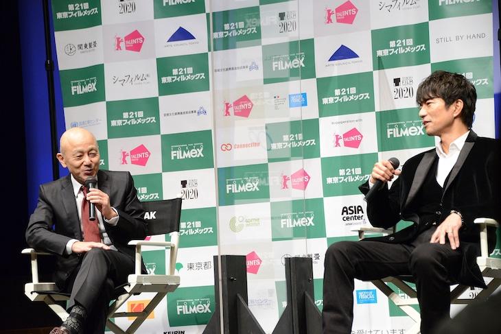 第21回東京フィルメックスにて、左から万田邦敏、仲村トオル。