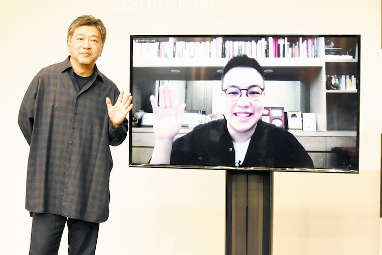 「『アジア交流ラウンジ』ホアン・シー × 是枝裕和」の様子。左から是枝裕和、オンラインで参加したホアン・シー。