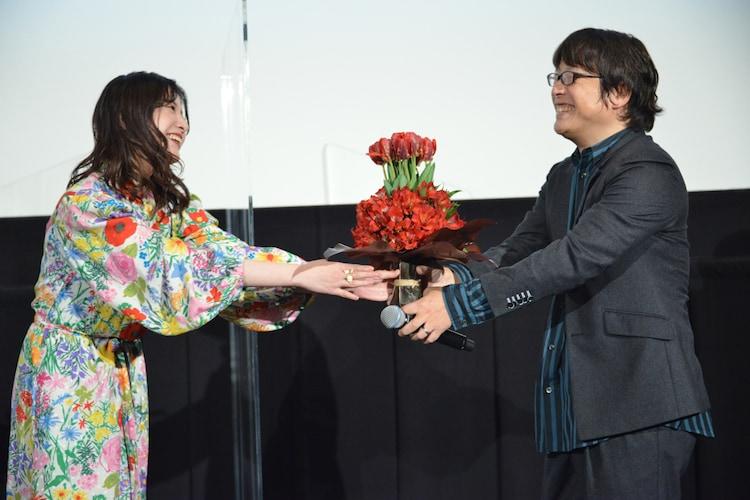 三木孝浩(右)に花束を手渡す吉高由里子(左)。