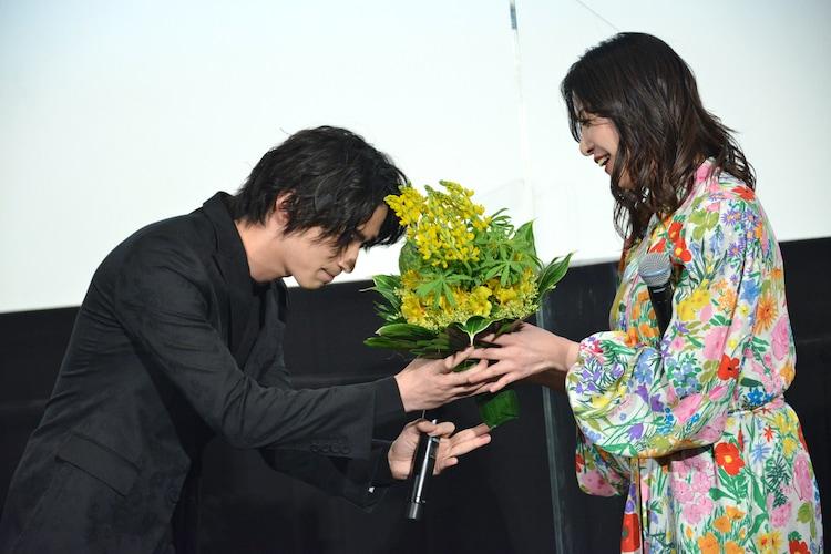 吉高由里子(右)に花束を手渡す横浜流星(左)。