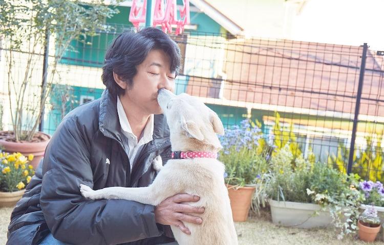 「さくら」メイキング写真。犬のちえとじゃれ合う永瀬正敏。