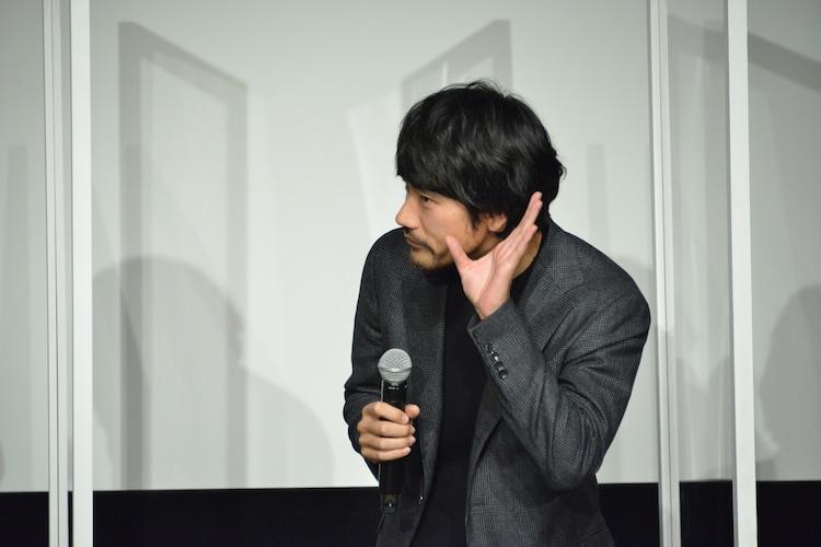 観客の声を聞こうとする松山ケンイチ。