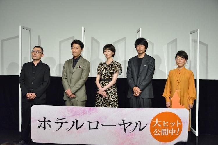 左から武正晴、安田顕、波瑠、松山ケンイチ、友近。