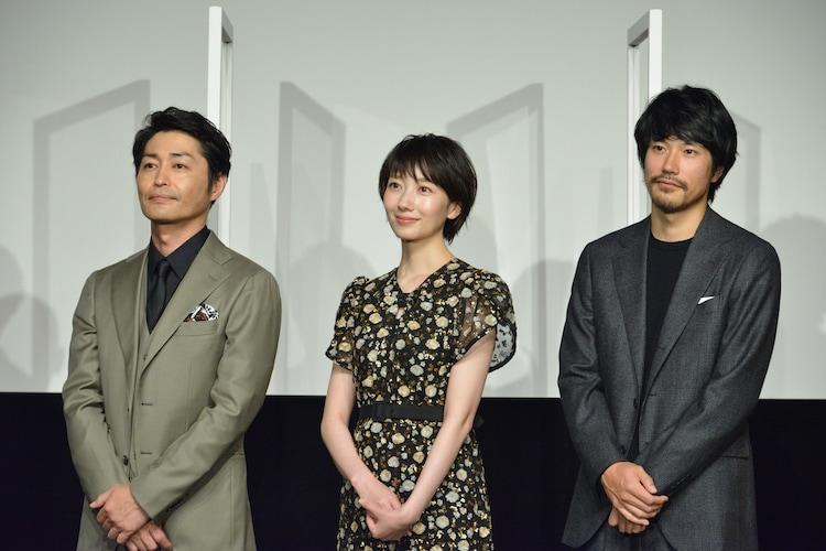 左から安田顕、波瑠、松山ケンイチ。