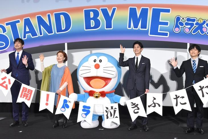 「STAND BY ME ドラえもん2」初日舞台挨拶の様子。左から羽鳥慎一、宮本信子、ドラえもん、妻夫木聡、バカリズム。