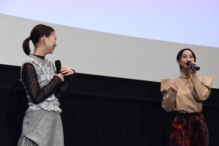 ソラの好きなシーンを語る松井玲奈(右)と、「やっぱり松井さん、熱い!」と笑う森川葵(左)。