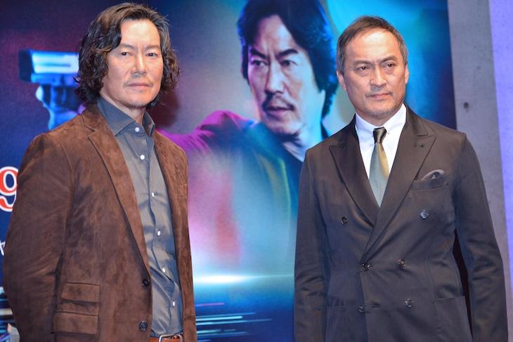 「逃亡者」制作発表会見にて、左から豊川悦司、渡辺謙。