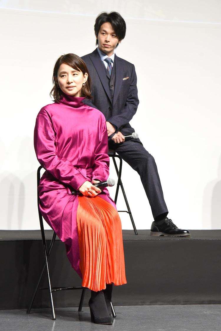 石田ゆり子(手前)、中村倫也(奥)。