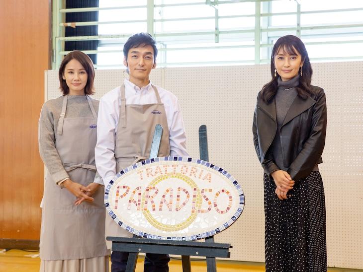 左から吉田羊、草なぎ剛、矢田亜希子。
