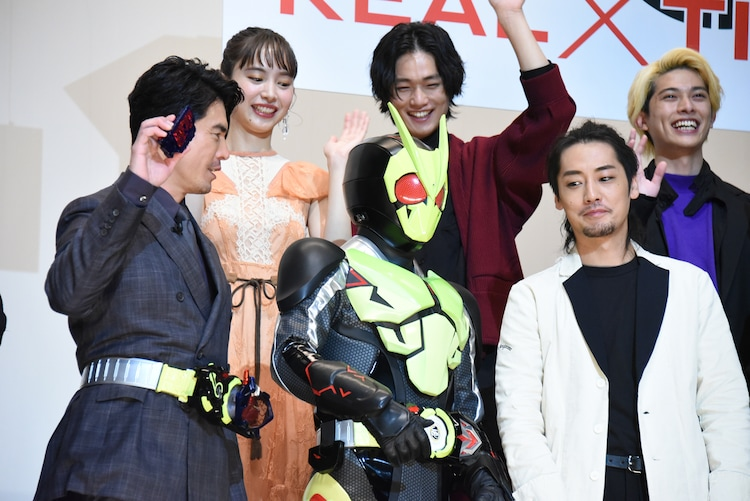 前列左から伊藤英明、仮面ライダーゼロワン、福士誠治。