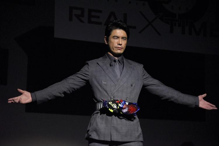 仮面ライダーエデンの変身シーンを再現する伊藤英明。