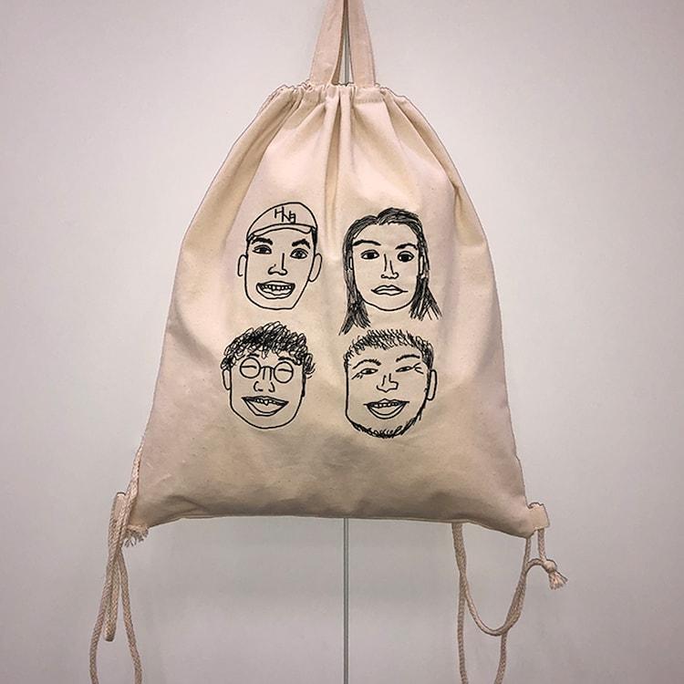杉野遥亮によるイラストを使用した刺繍入りナップサック。