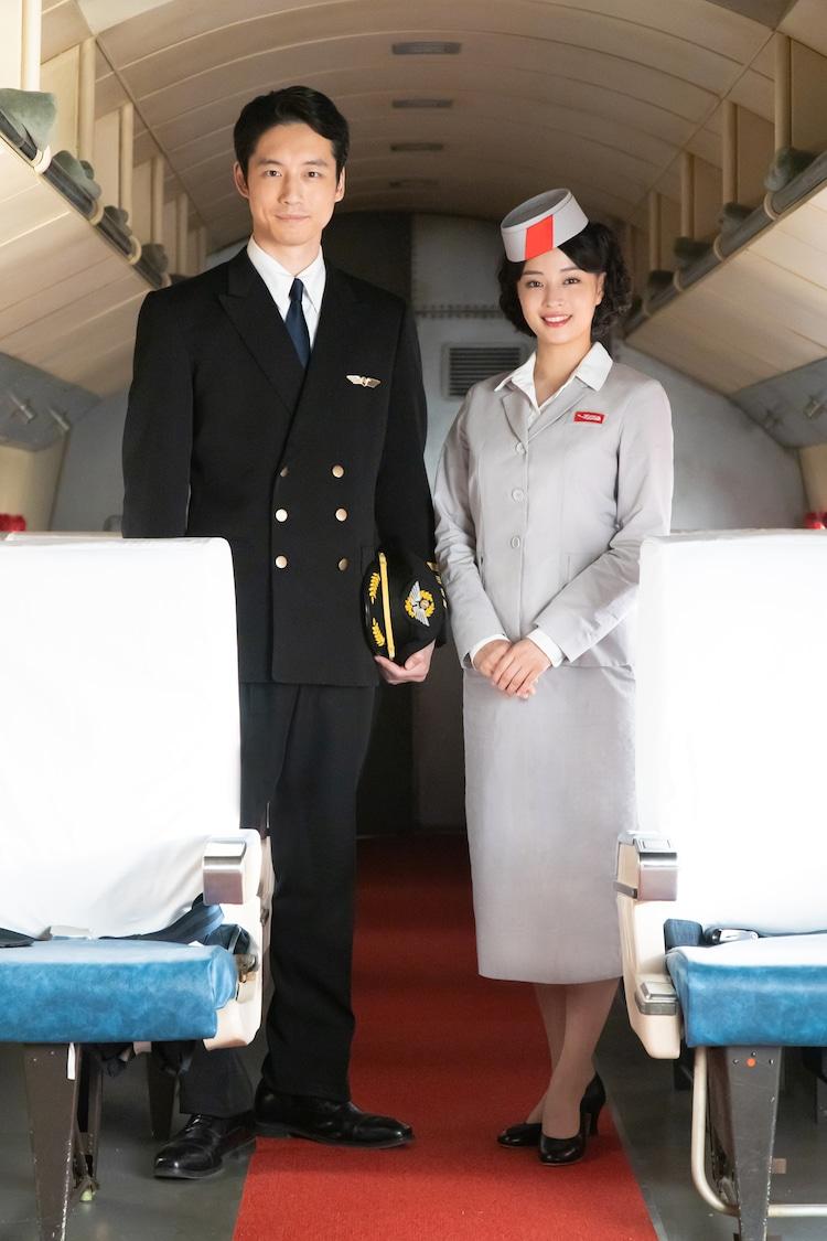 左から坂口健太郎演じる三島優輝、広瀬すず演じる佐野小鞠。