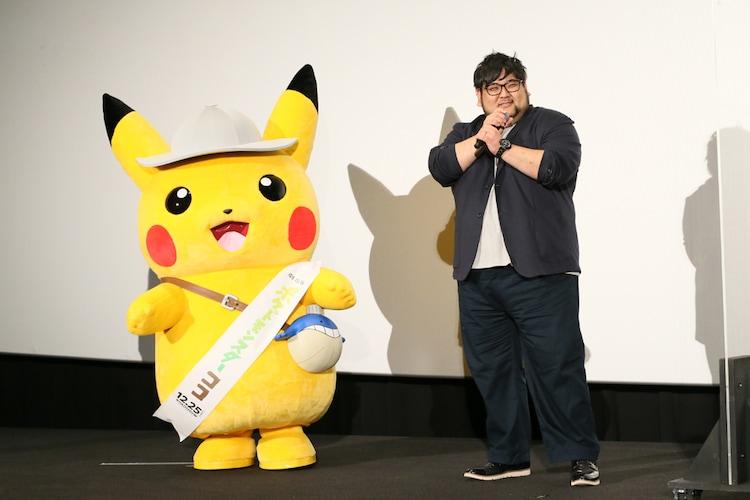 矢嶋哲生(右)とピカチュウ(左)。
