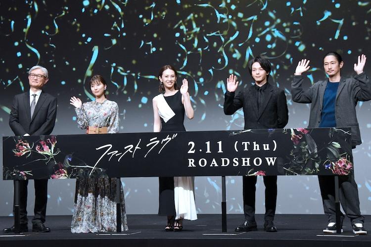 「ファーストラヴ」完成報告イベントの様子。左から堤幸彦、芳根京子、北川景子、中村倫也、窪塚洋介。