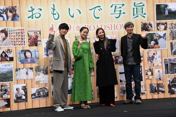 「おもいで写眞」完成報告会見の様子。左から高良健吾、深川麻衣、香里奈、熊澤尚人。