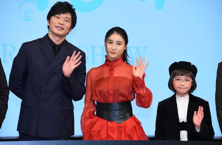 「哀愁しんでれら」完成報告会の様子。左から田中圭、土屋太鳳、COCO。