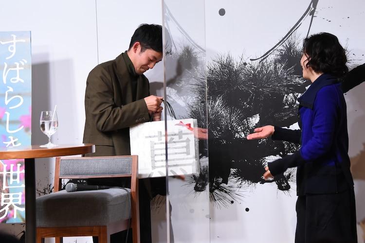 西川美和(右)から誕生日プレゼントを受け取る仲野太賀(左)。