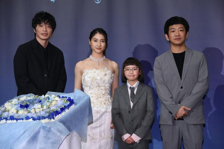 「哀愁しんでれら」初日舞台挨拶の様子。左から田中圭、土屋太鳳、COCO、渡部亮平。