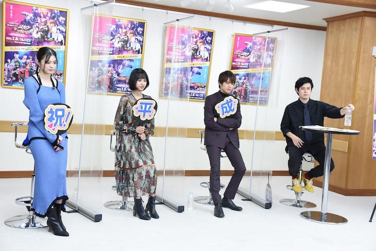 「RIDER TIME 仮面ライダージオウ VS ディケイド/7人のジオウ!」を視聴するキャストたち。