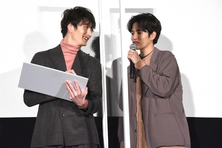 志尊淳(右)にハッシュタグについてのレクチャーを受ける岡田将生(左)。