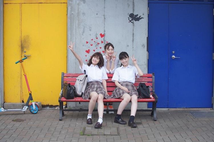 「NO CALL NO LIFE」メイキング写真。左から小西桜子、山田愛奈、優希美青。