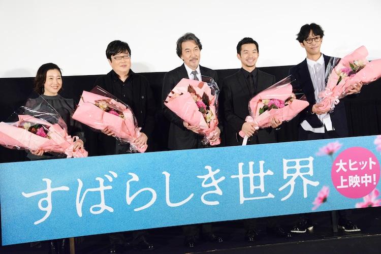 「すばらしき世界」公開初日舞台挨拶の様子。左から西川美和、六角精児、役所広司、仲野太賀、北村有起哉。