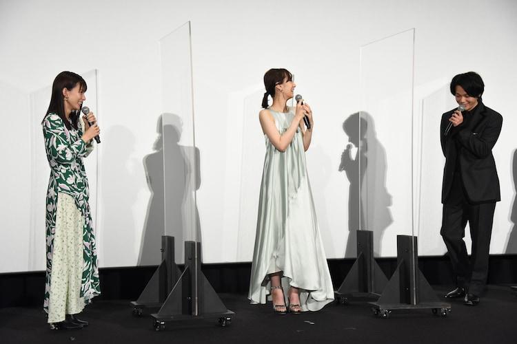 左から芳根京子、北川景子、中村倫也。