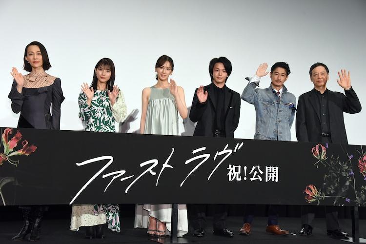 「ファーストラヴ」初日舞台挨拶の様子。左から木村佳乃、芳根京子、北川景子、中村倫也、窪塚洋介、板尾創路。
