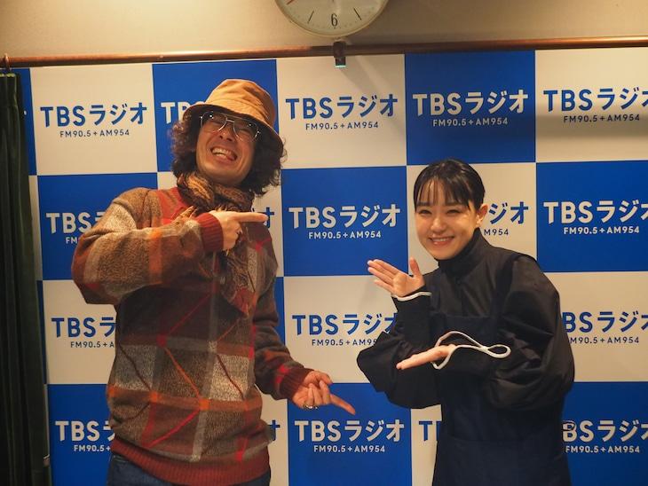 左から滝藤賢一、奈緒。