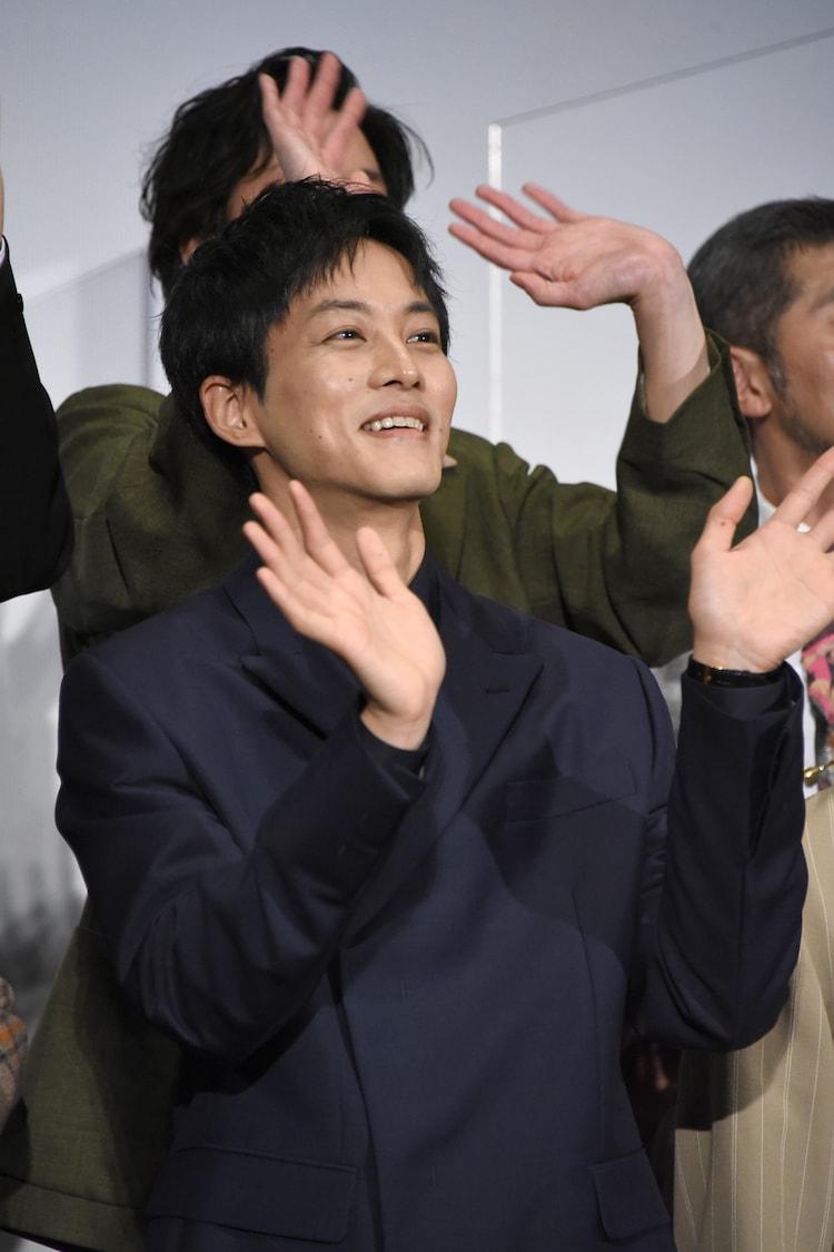 ムービーカメラに手を振る松坂桃李。