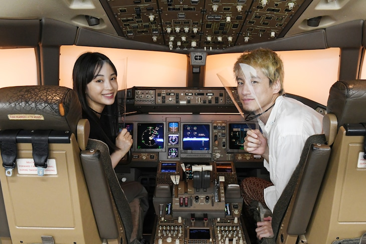 日本航空テクニカルセンターを訪れた広瀬すず(左)と坂口健太郎(右)。