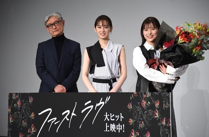 「ファーストラヴ」大ヒット御礼舞台挨拶の様子。左から堤幸彦、北川景子、芳根京子。
