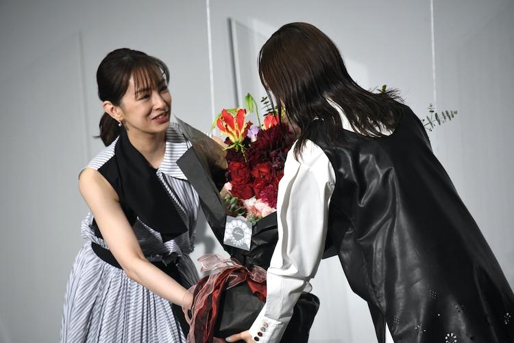 芳根京子(右)に花束を渡す北川景子(左)。