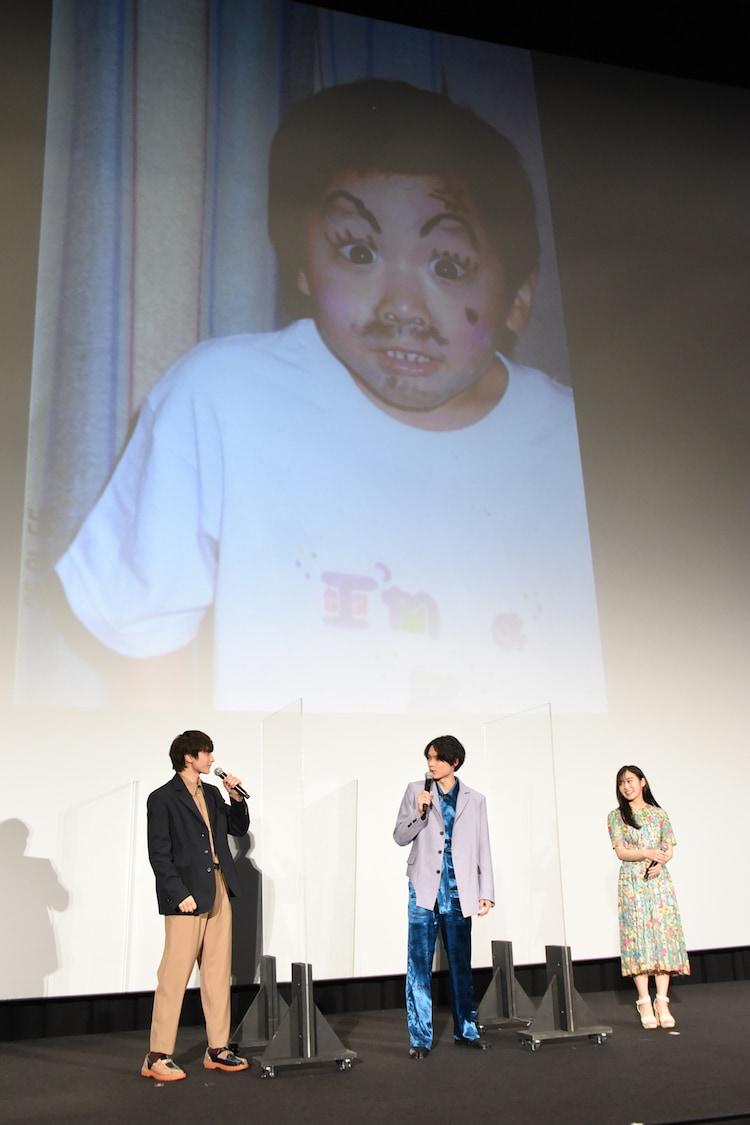 """小関裕太の""""僕が僕じゃないみたいな写真""""が映し出された際の様子。"""