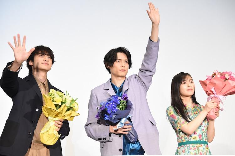左から小関裕太、ムービーカメラに向かって手を振らずにピンと伸ばした松村北斗、森七菜。