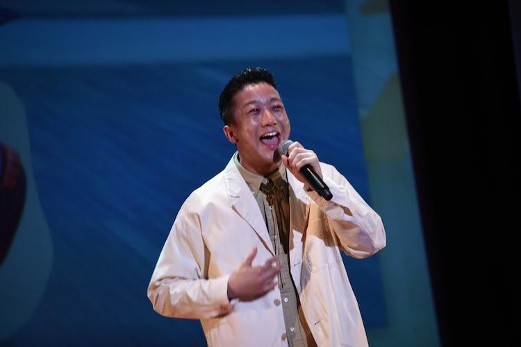 歌唱する瑛人。