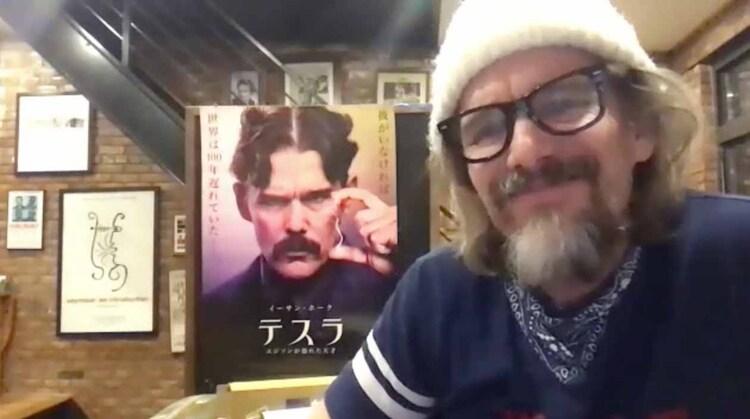 「テスラ エジソンが恐れた天才」日本版ポスターを自宅に飾るイーサン・ホーク。