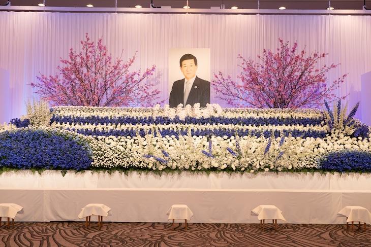 「岡田裕介 お別れの会」祭壇