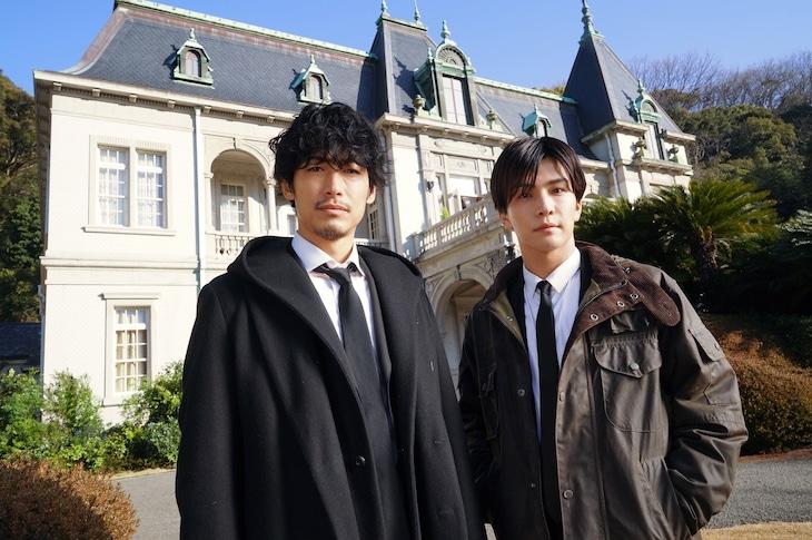 左からディーン・フジオカ、岩田剛典。(c)2022映画「バスカヴィル家の犬」製作委員会